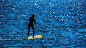 Stoupněte si na paddleboard… a zacvičte si paddleboard jógu!