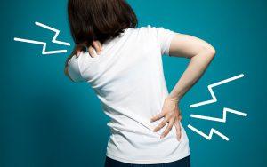 Vše o bolesti zad. Co ji způsobuje, jak si ulevit a kdy jít k lékaři?